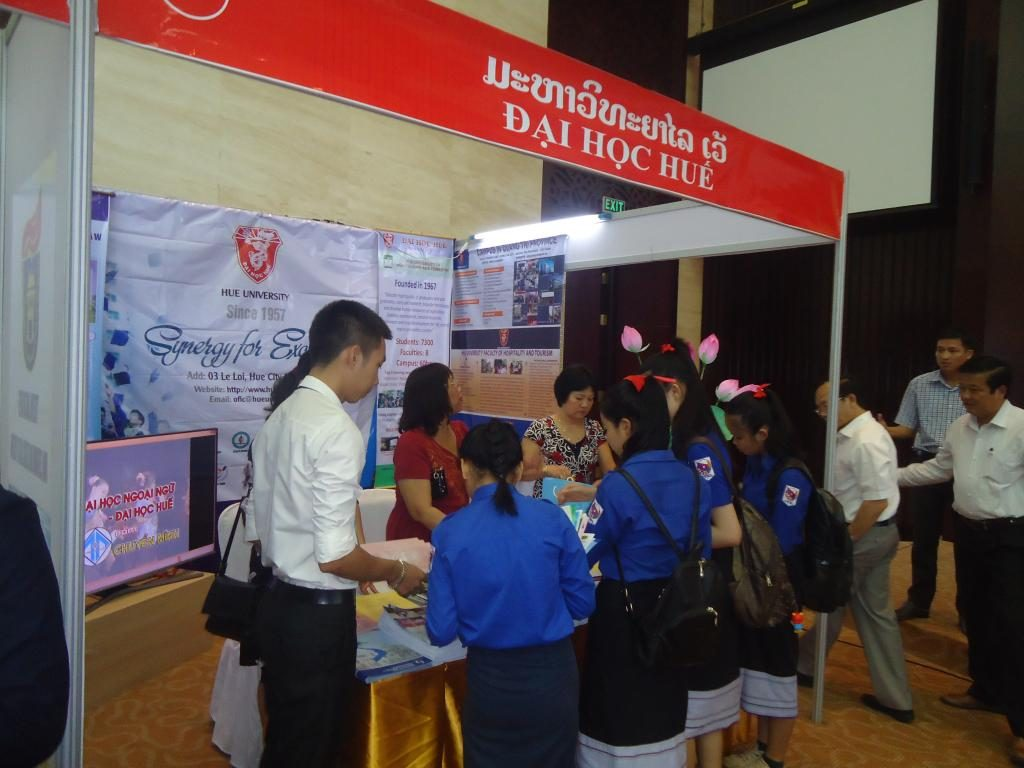 Hue University's exhibition booth attracted numerous visitors