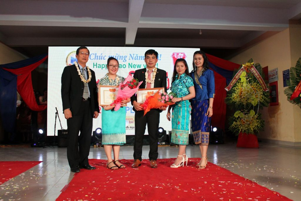 Dr. Truong Quy Tung - Vice President of Hue University awards certificates of merit to 2 Lao overseas students